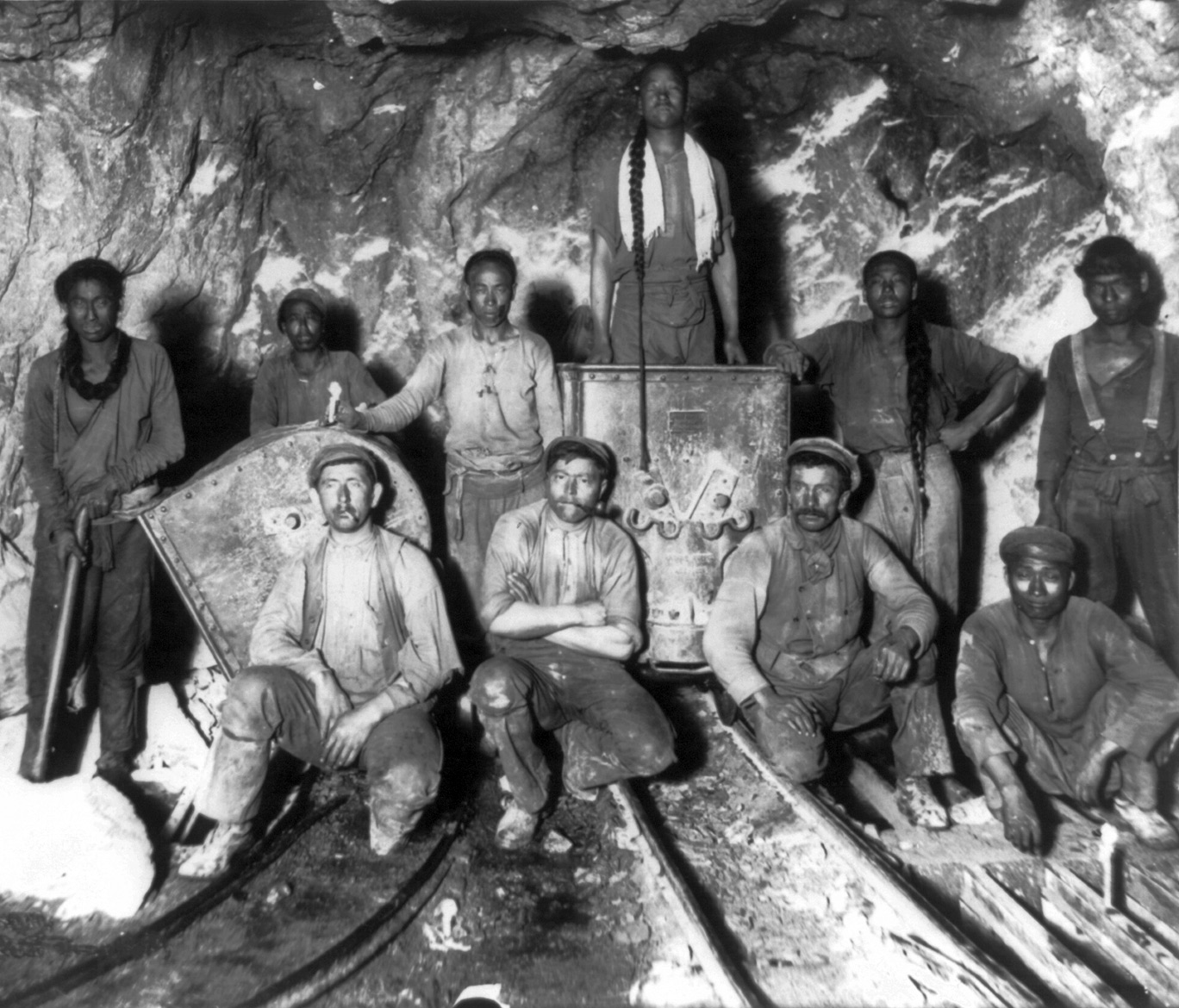 Black, white and Chinese labourers in a South African gold mine some time between 1890 and 1923. The pidgin language Fanagolo developed to allow communication between the many different people brought to work on the mines. (Carpenter Collection, US Library of Congress)