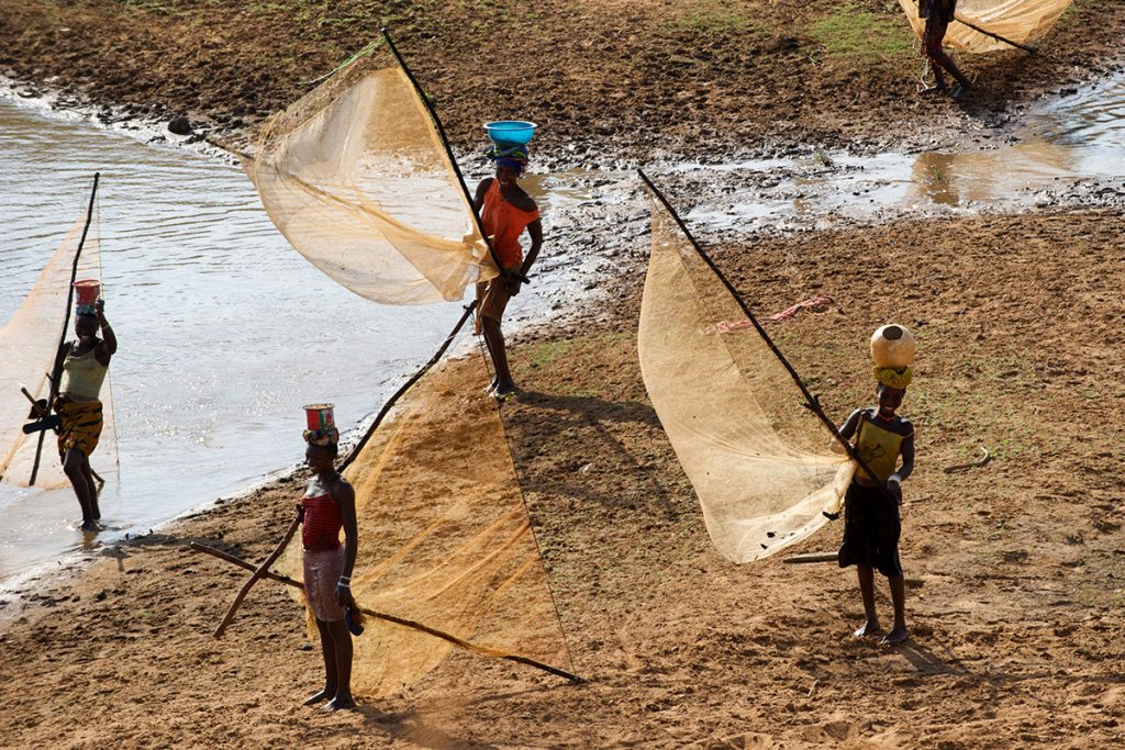 Afrca - Fisherwomen on the banks of the Niger River in the Kankan region of northeastern Guinea, on the Mali border