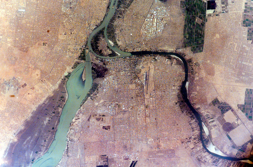 The White Nile and Blue Nile rivers meet in the city of Khartoum, the capital of Sudan. Here they form the great Nile River, which then flows north through Egypt to Cairo and empties into the Mediterranean Sea. In this image taken in the 2005 dry season, the still-flowing White Nile is at left, and the nearly dry Blue Nile curves at right. The source of the White Nile, near the equator in Uganda, produces a nearly constant flow throughout the year. The Blue Nile, by contrast, rises from the highlands of Ethiopia where it is fed by the rainfall of summer monsoons, producing floods in autumn but drying out in the spring. (Nasa, CC BY-NC 2.0)