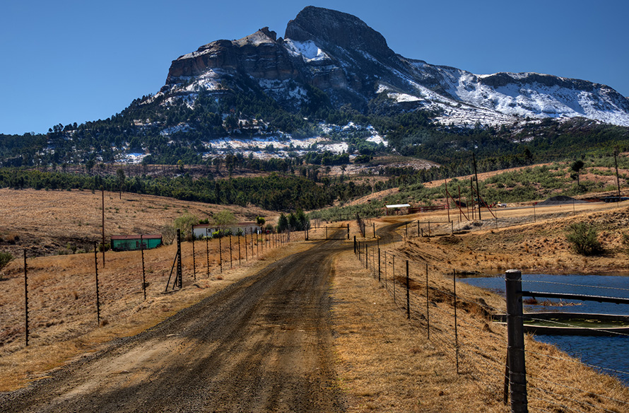 Winter colours on farmland and snow on mountains near the town of Harrismith in the eastern Free State. (Steve Slater, CC BY 2.0)